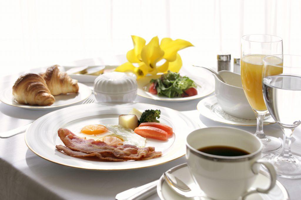 【ルームサービスの朝食で優雅なひとときを】